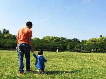 公園で2人で手綱ぎ